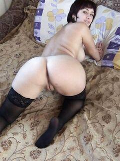 Красивые девушки с круглыми сиськами обожают позировать - секс порно фото