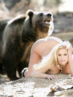 Эротика от сексуальной грудастой блондинки с медведем в дикой природе - секс порно фото