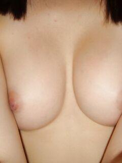 Мастурбация клитора привлекает задиристую сучку перед камерой - секс порно фото