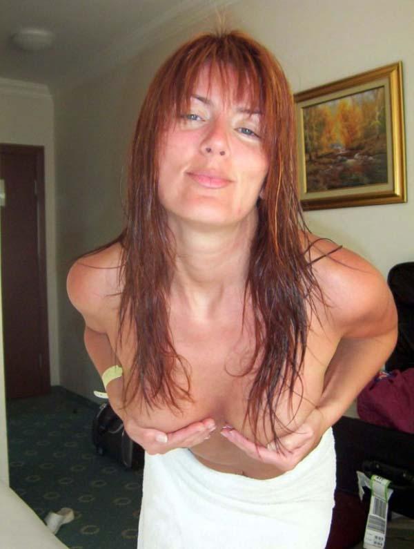 Зрелая женщина сушит волосы и ждет секса на кровати - секс порно фото