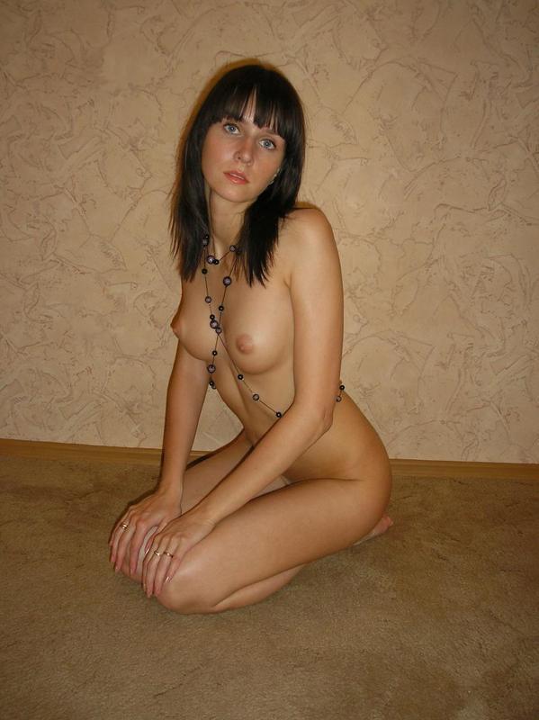 Худая голая девушка возле стены - секс порно фото
