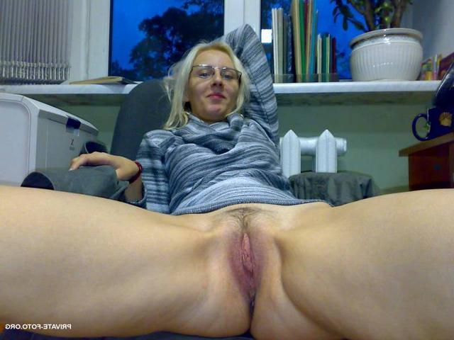 Домашние съемки девушек с раздвинутыми ногами - секс порно фото