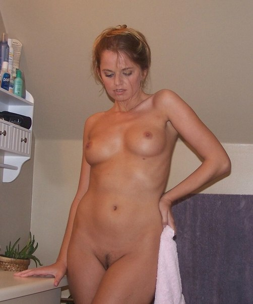 Красивые девушки и женщины позируют у себя дома - секс порно фото