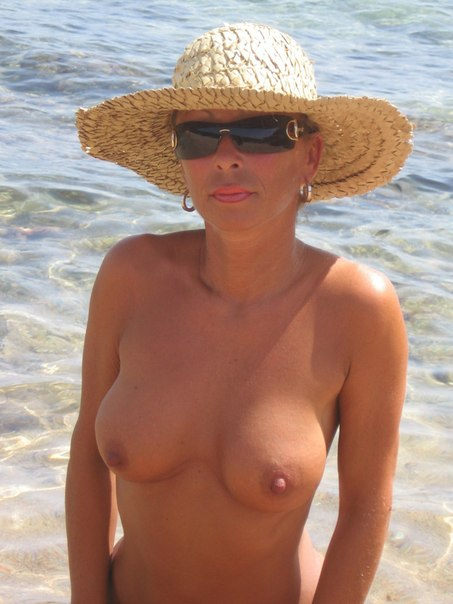 Нудистка загорает на солнышке и позирует дома на камеру - секс порно фото