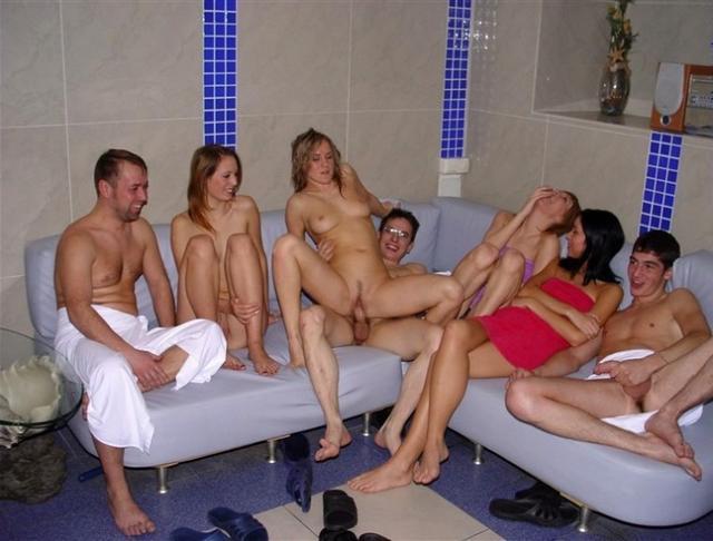 Молодежная групповуха в загородном доме - секс порно фото
