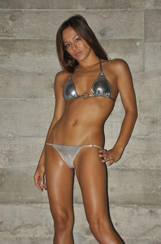 Обаятельная длинноногая красавица позирует стоя - секс порно фото