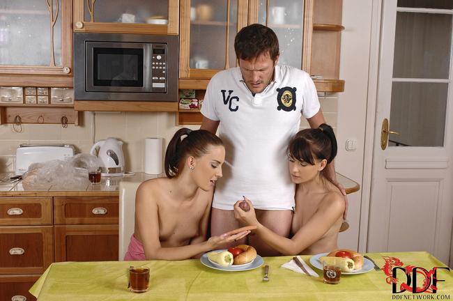 Девушки целуются и делают минет парню на кухне - секс порно фото