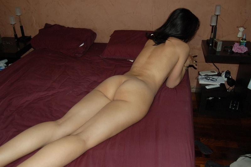 Эротика от симпатичной брюнетки у себя дома - секс порно фото