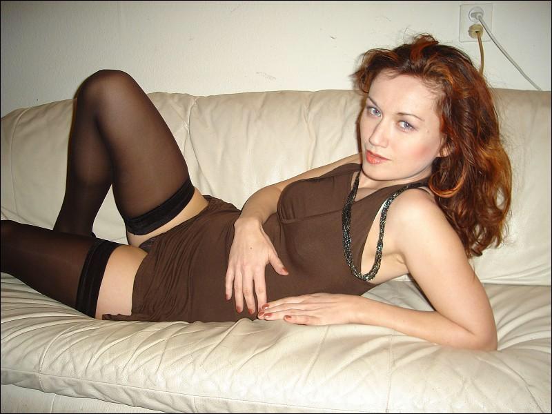 Страстная барышня в чулках и туфельках на диване - секс порно фото