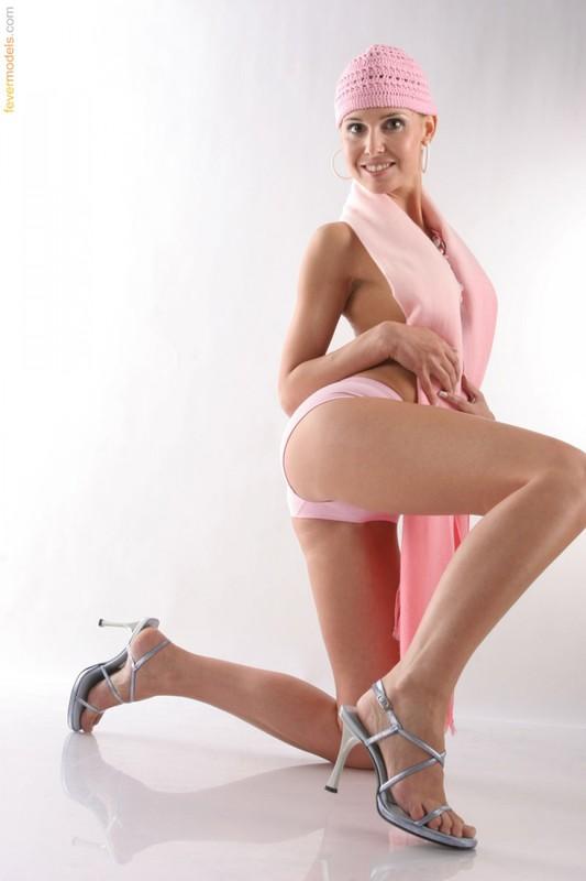 Позитивная модель позирует в студии - секс порно фото