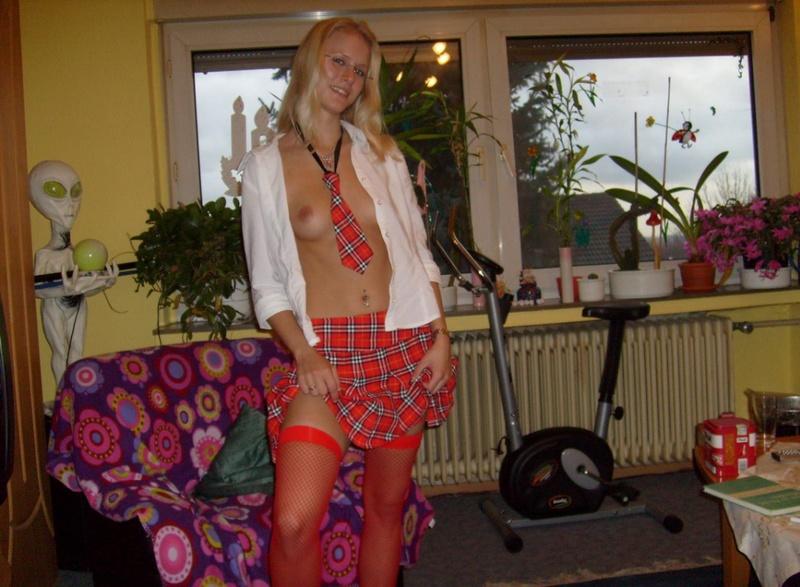 Аппетитная блондинка в студенческой униформе и красных чулках - секс порно фото