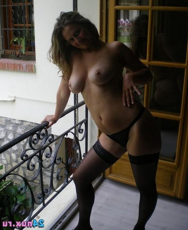 Красивые девушки с немаленькими сиськами отдыхают дома и на пляже - секс порно фото