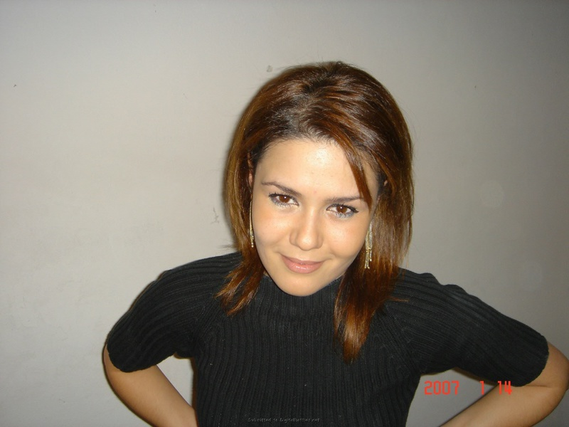 Симпатичная девушка красиво и сладко раздевается на камеру - секс порно фото