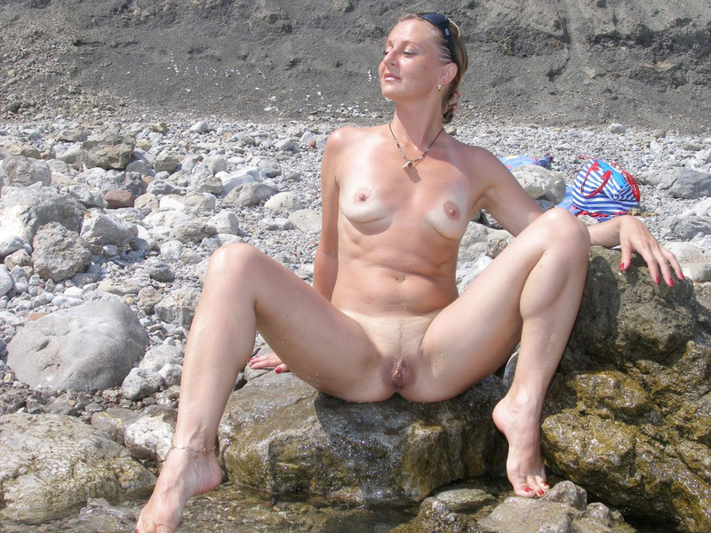 Откровения рьяной девушки на берегу моря - секс порно фото