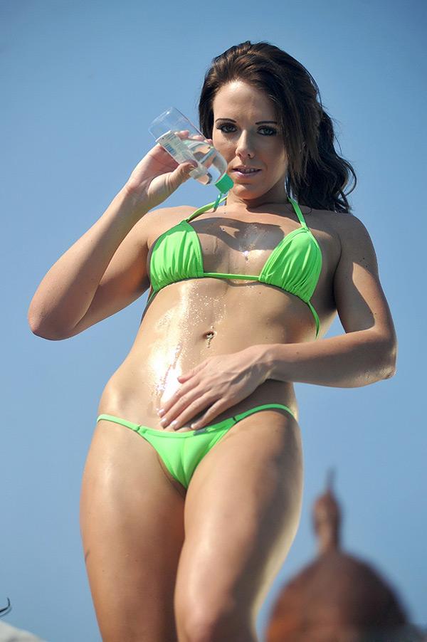 Великолепная девушка в бикини возле бассейна - секс порно фото