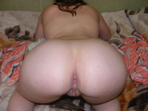 Пухлая провинциалка по имени Надя валяется на постели - секс порно фото