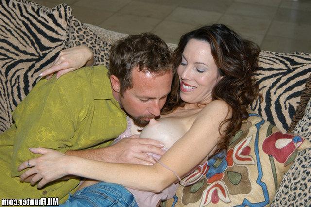 Незнакомец трахается с дамой у себя дома и кончает на лицо - секс порно фото