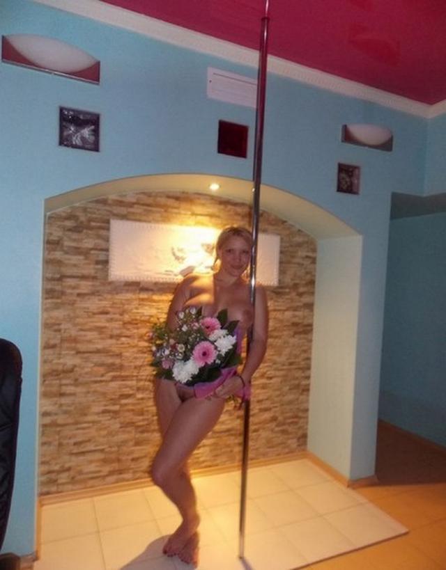 Грудастая блондинка обожает свежие цветы - секс порно фото