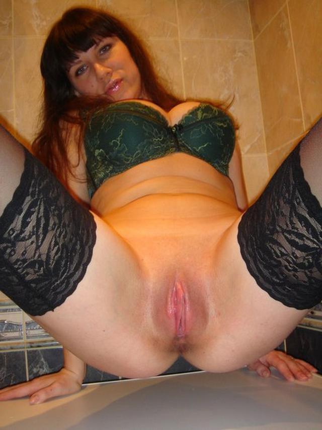 Приятный секс с искушенной брюнеткой дома на кровати - секс порно фото
