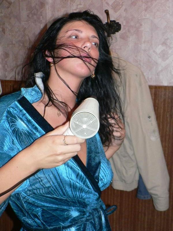 Экспрессивная девушка снимает халат и показывает киску - секс порно фото
