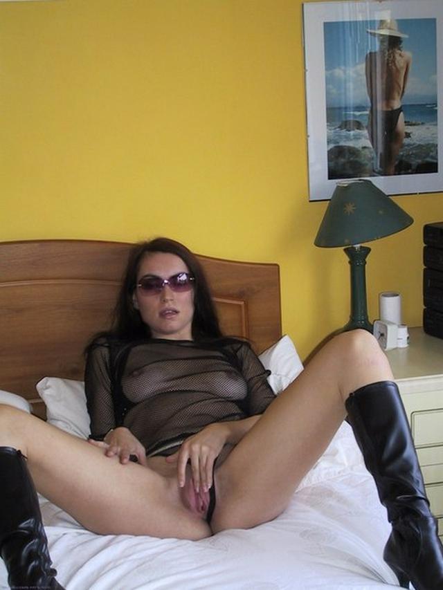 Брюнетка обожает сладкие мужские члены - секс порно фото