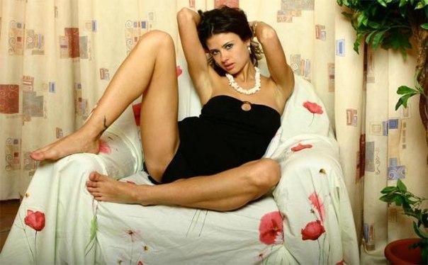 Стройная брюнетка раздевается прямо в кресле - секс порно фото