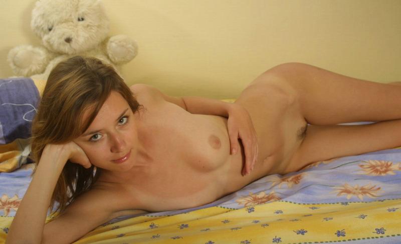 Милая девушка снимает ночнушку и позирует на постели голышом - секс порно фото