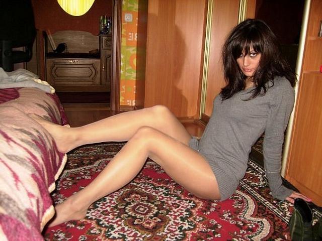 Обаятельные подруги раздвигают свои ножки - секс порно фото