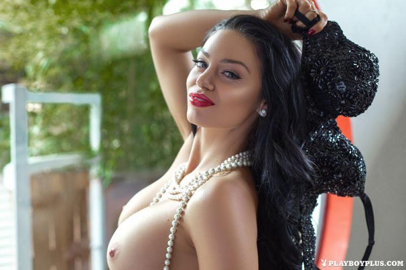 Шикарная брюнетка искусно раздевается и позирует - секс порно фото