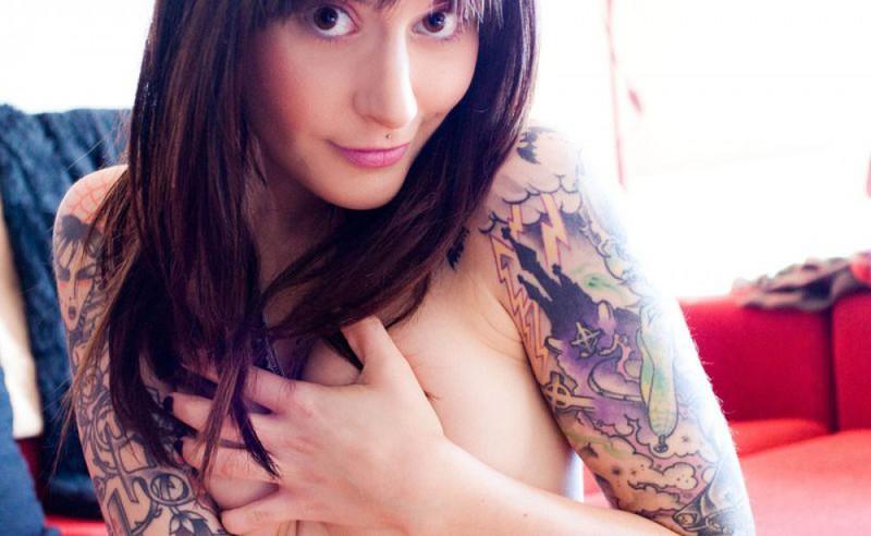 Худая леди в татуировках показала свои потайные места - секс порно фото