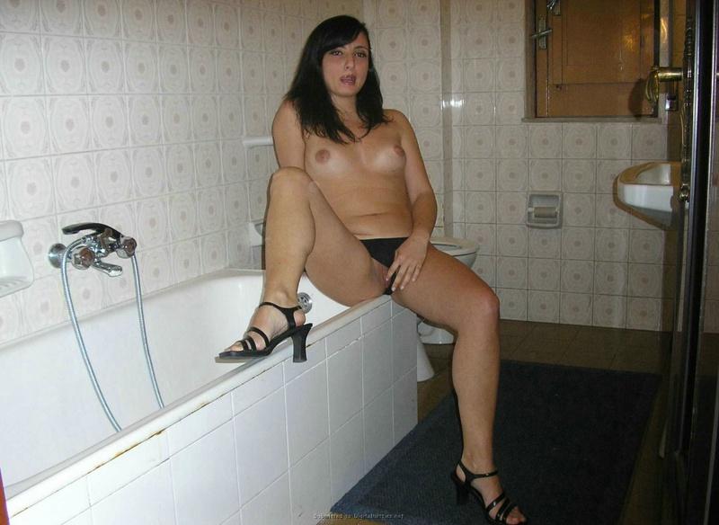 Брюнетка в чулках играет с писей дома - секс порно фото
