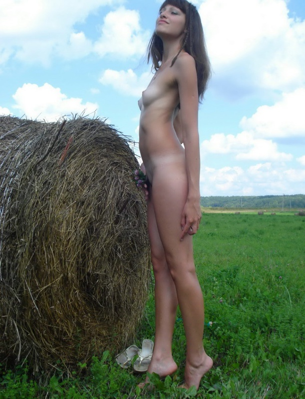 Дающая брюнетка позирует на природе голышом - секс порно фото