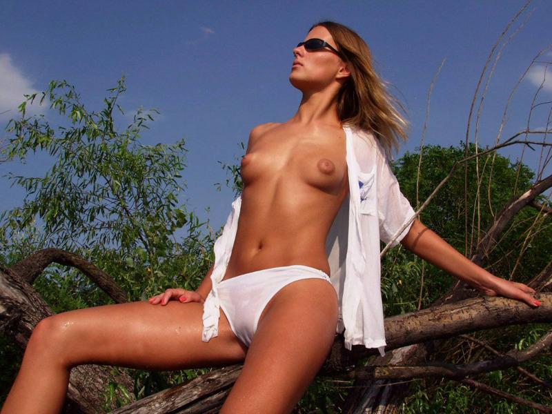 Эротика от искушенной девушки на речке - секс порно фото