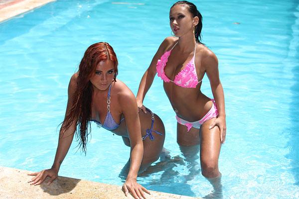 Эротика от двух шикарных моделей в бассейне в бикини и без него - секс порно фото