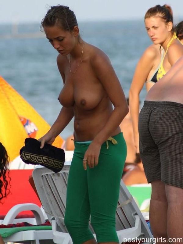 Девушка не прикрыла сиськи на общественном пляже - секс порно фото