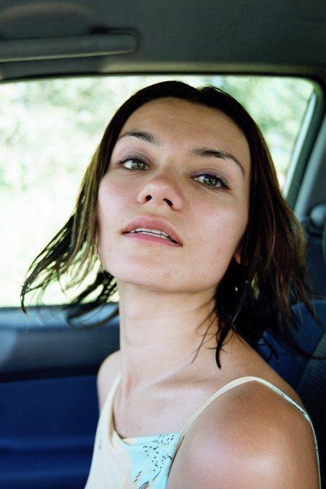 Брюнетка обожает позировать голышом где только можно - секс порно фото