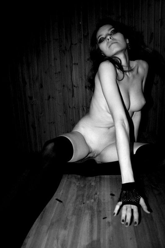 Черно-белые снимки обаятельной брюнетки с чулочками - секс порно фото