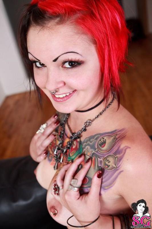 Татуированная крашенная бунтарка хочет потрахаться - секс порно фото