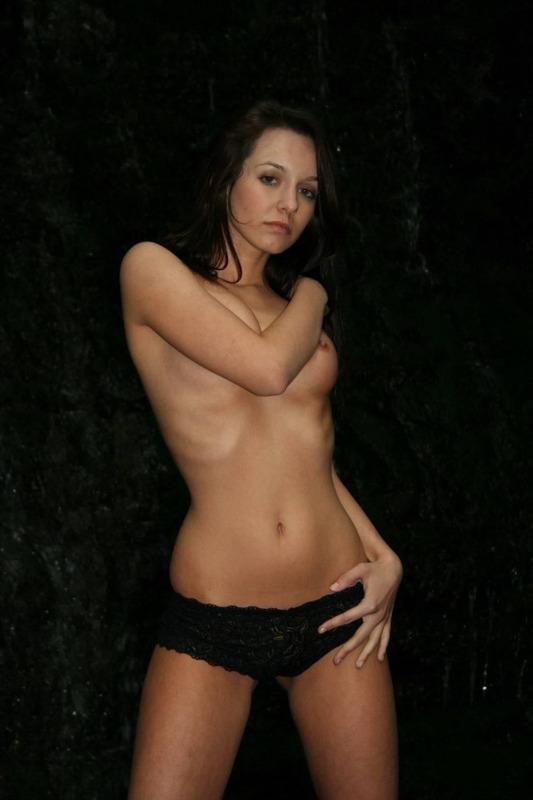 Прекрасная девушка Марина любит позировать и сниматься в соло - секс порно фото