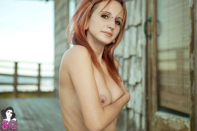 Татуированная чика позирует и дышит свежим воздухом - секс порно фото