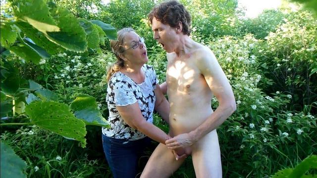Женщина онанирует член эмоциональному мужчине в саду - секс порно фото