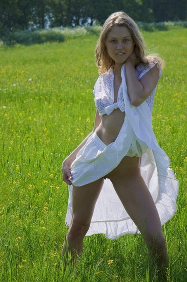 Голая пластичная девушка на природе и в гостиной - секс порно фото