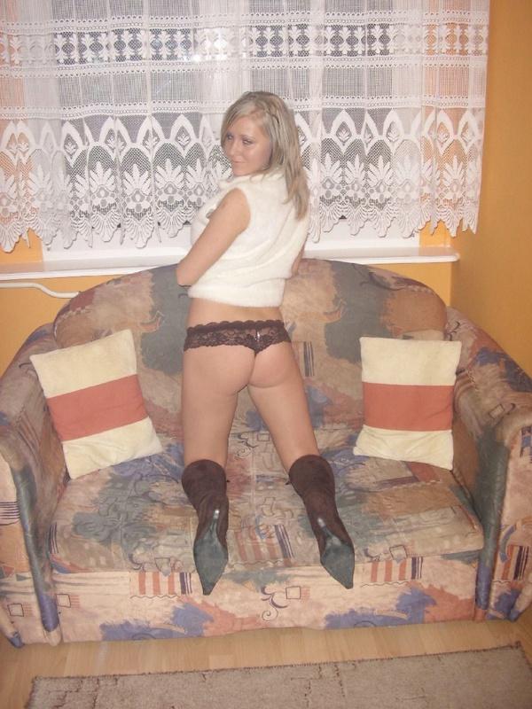 Сучка обожает сниматься на камеру в сапожках - секс порно фото