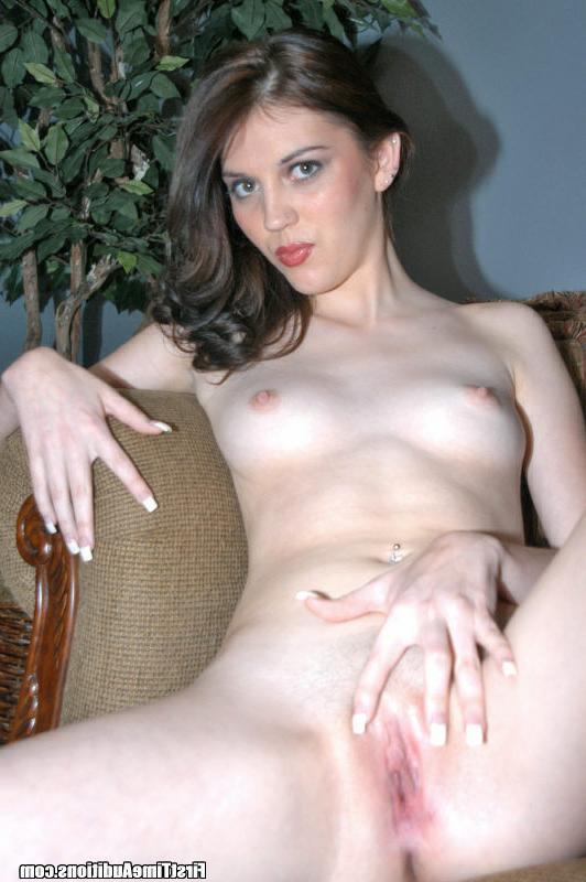 Обаятельная брюнетка здорово позирует перед камерой за сексом - секс порно фото