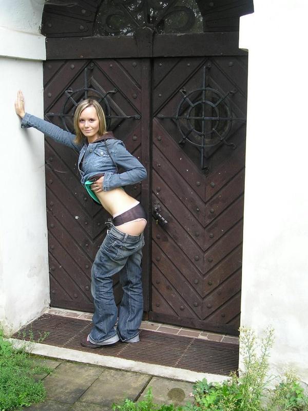 Сучка любит оголяться прямо посреди города - секс порно фото