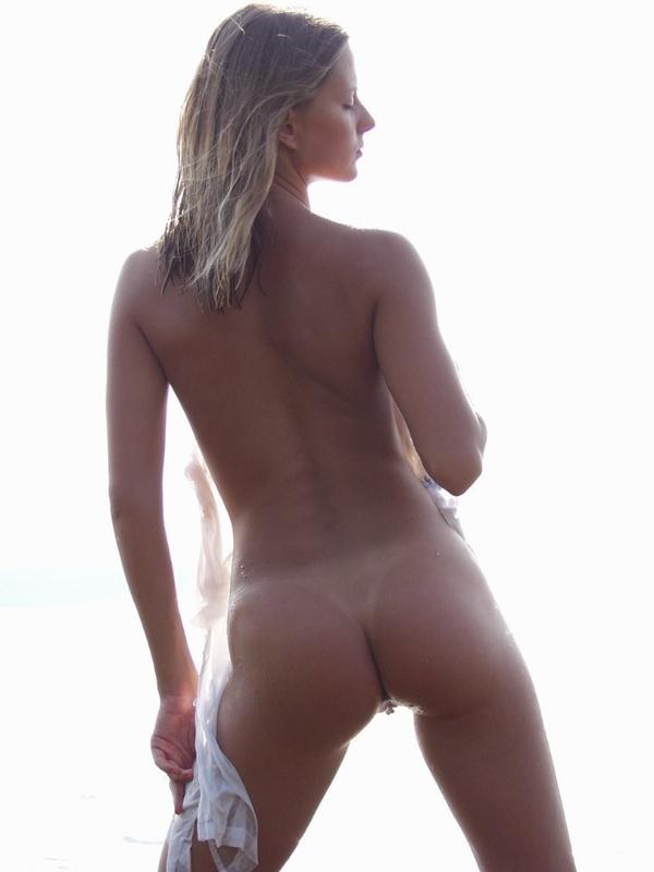 Аппетитная куколка позирует на речке в белых трусиках - секс порно фото