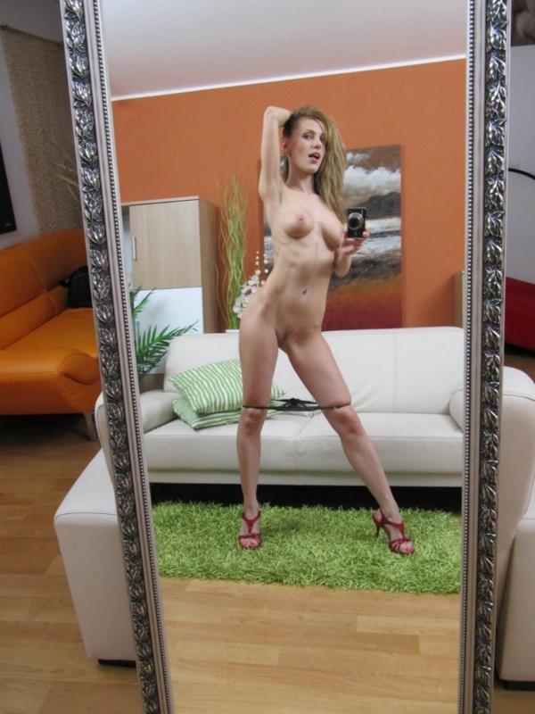 Девка валяется на коврике перед зеркалом - секс порно фото