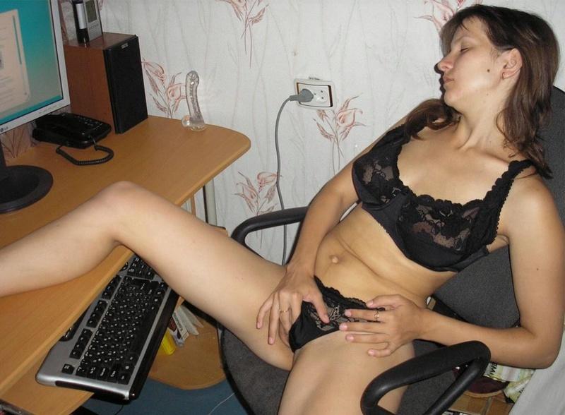 Девушка одиноко мастурбирует киску перед компьютером - секс порно фото